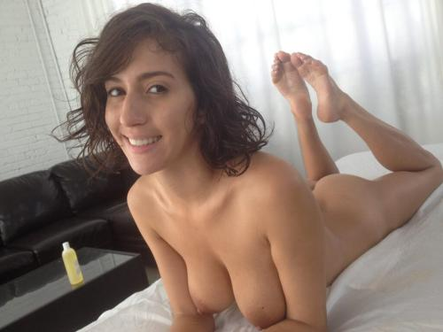 Foto Porno de April Oneil desnuda tumbada en la cama
