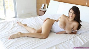 Holly Michaels en la cama