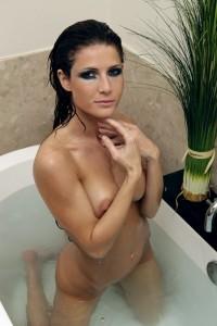 Jenni Lee en la bañera